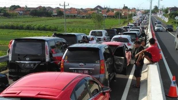kemacetan-parah-di-brebes-timur-jumat-1-juli-2016_20160701_201729